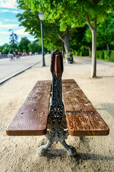 Panchina per sedersi nel parco del retiro a madrid.