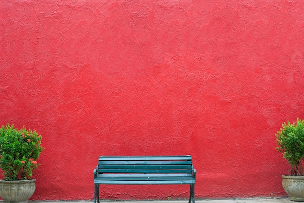 Panchina con grunge texture vecchio muro di cemento