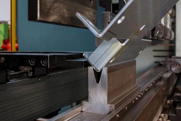 Piegatura lamiere con piegatrice idraulica in fabbrica.
