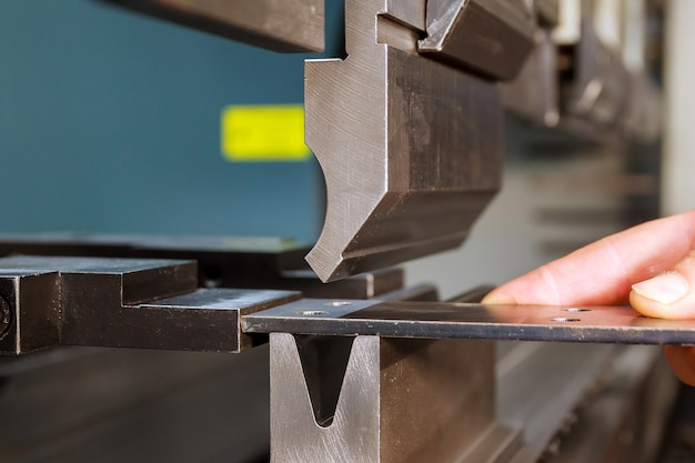 Piegatura lamiera con macchina idraulica in fabbrica. avvicinamento.