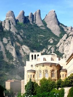 Abbazia benedettina di santa maria de montserrat vista sulle montagne perfetta