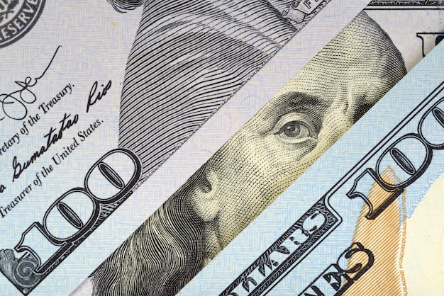 Ritratto di benjamin franklin a cento banconote in dollari.