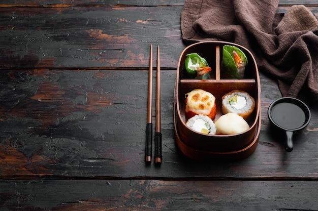 Bento lunch sushi roll set, sulla vecchia tavola di legno scuro