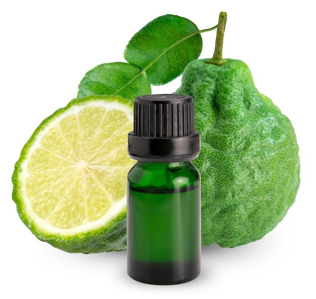 Olio essenziale di bergamotto e bergamotto fresco con foglie isolate