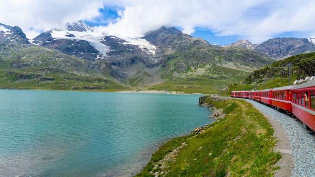 Trenino rosso del bernina e lago alpino