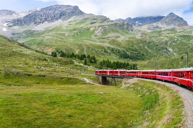Treno del bernina sulle montagne svizzere
