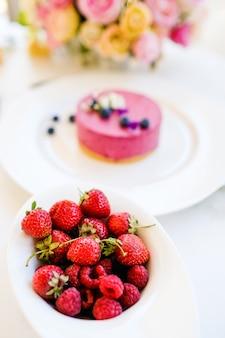 Bacche assortimento torta dessert concetto di cibo. atmosfera celebrativa