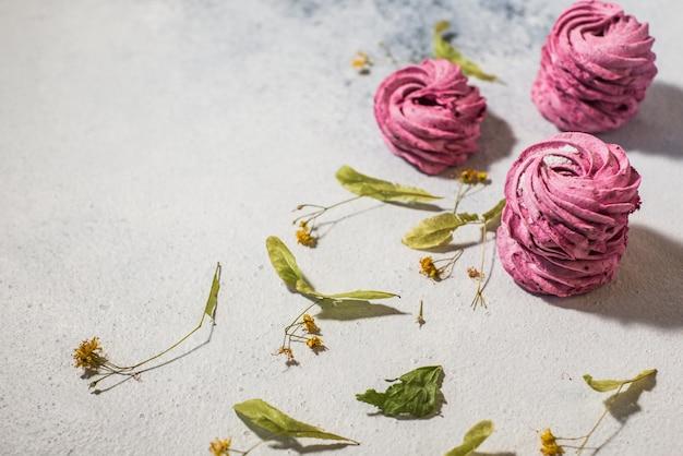 Sapori di mirtillo di bacche marshmallow rosa fatti in casa