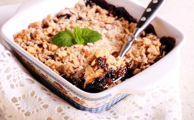 Berry crumble cake in una latta, messa a fuoco selettiva