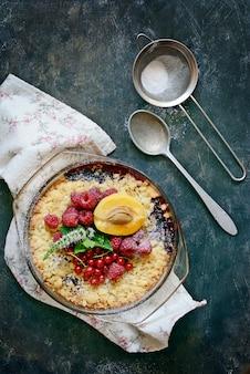 Crumble ai frutti di bosco, croccante in teglia. vista dall'alto dolce delizioso americano leggero.