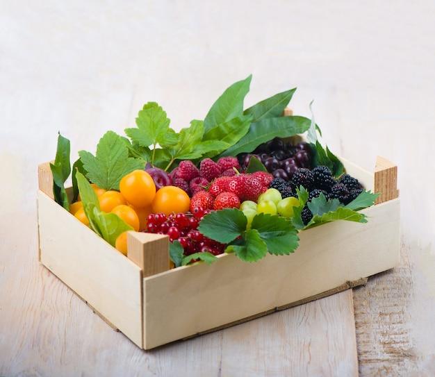 Berry mix isolato nella casella su uno sfondo bianco