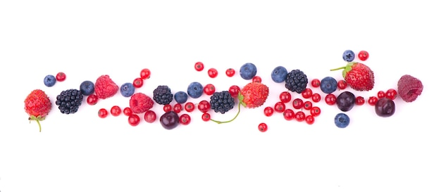 Berry mix isolato su uno sfondo bianco.