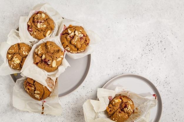 Muffin della farina d'avena della bacca su un fondo bianco, spazio della copia, vista superiore. dessert vegan sano