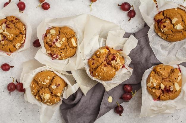 Muffin di farina d'avena berry su uno sfondo bianco, vista dall'alto. dessert vegan sano