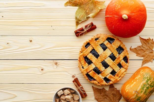 Berry torta crostata e zucca arancione sulla tavola di legno si chiuda