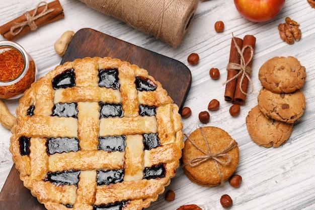 Berry torta crostata sulla tavola di legno bianco