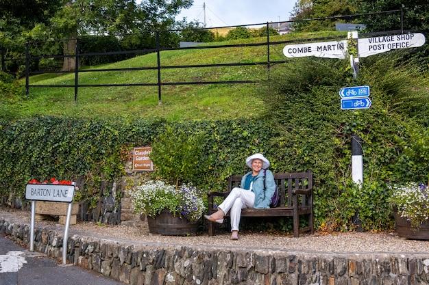Berrynarbor, devon, regno unito - 17 agosto : riposo nel pittoresco villaggio di berrynarbor nel devon il 17 agosto 2021. una donna non identificata