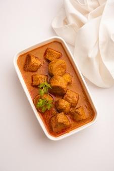 Besan gatte ki sabzi o ricetta del curry di gatta, menu popolare del rajasthan per pranzo o cena