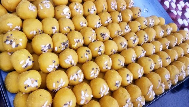 Besan laddoo o besan laddu - farina di ceci arrostita mescolata con desi ghee e zucchero per realizzare un dolce laddu gustoso e di forma rotonda