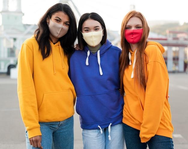 Migliori amici che indossano maschere mediche all'esterno