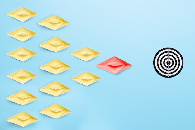 La migliore leadership di leader e capo nel concetto di organizzazione, la nave di carta porta al successo