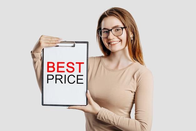 Miglior prezzo. la bella giovane donna di affari che indossa gli occhiali tiene una lavagna per appunti con mock up spazio isolato su sfondo grigio