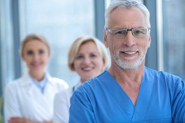 La migliore squadra. gruppo di operatori sanitari sorridenti in piedi all'interno dell'ospedale