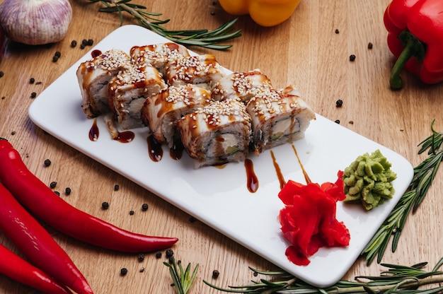 I migliori tipi di involtini di sushi rotolo di anguilla e avocado deliziosi involtini e sushi con anguilla gamberetti, cetrioli e philadelphia vari deliziosi tipi di involtini di sushi