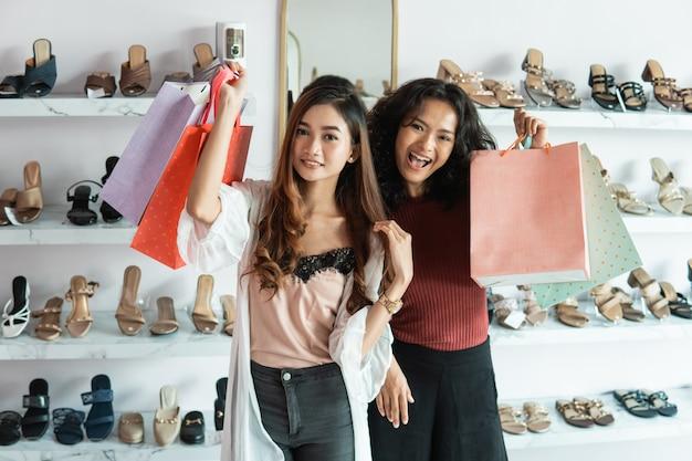 Bestfriend shopping nella boutique insieme