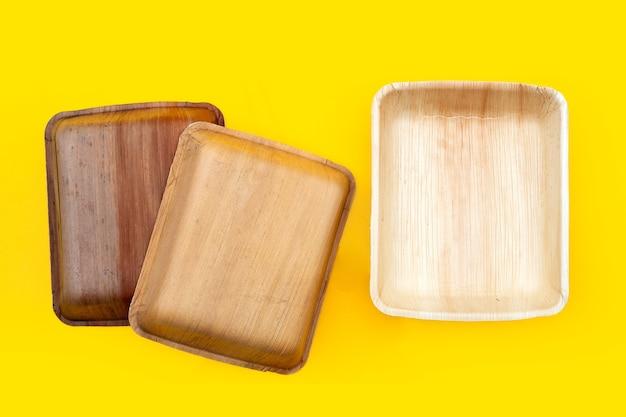 Betel foglia di palma piatto su sfondo giallo.