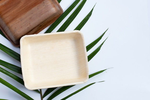 Piatti di foglia di palma betel su superficie bianca