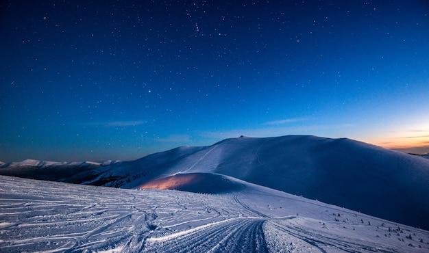 Vista incantevole di una stazione sciistica deserta al chiaro di luna di notte