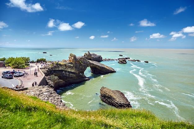 Punto di riferimento della città di biarritz rocher de la vierge, una statua della vergine maria sulla roccia, francia