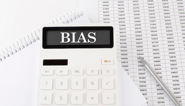 Concetto bias sulla calcolatrice sullo sfondo del grafico
