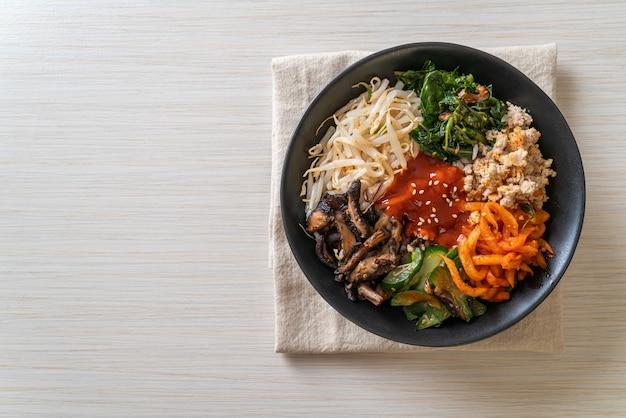Bibimbap, insalata piccante coreana con ciotola di riso - stile di cibo tradizionalmente coreano