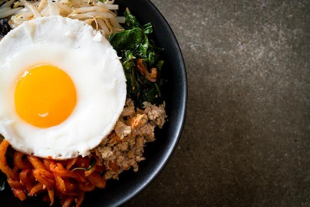 Bibimbap, insalata piccante coreana con riso e uovo fritto