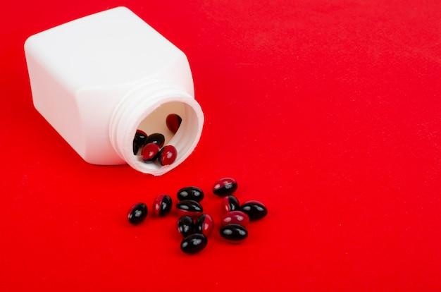 Pillole mediche bicolore sulla superficie luminosa