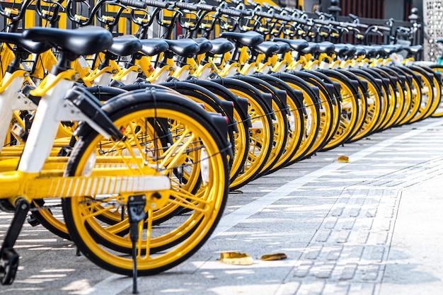 Idea di trasporto pulito in bicicletta per salvare l'ambiente in città pulita