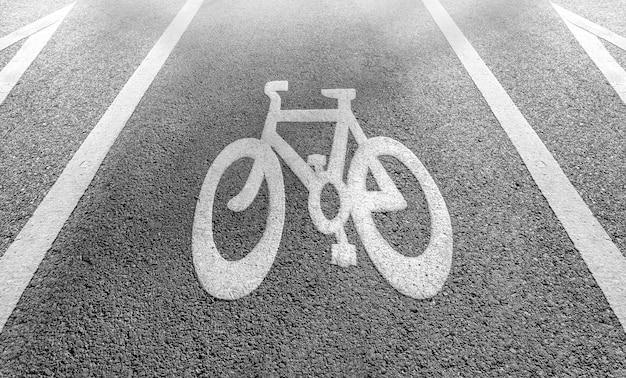 Segnaletica di pista ciclabile su strada in bianco e nero