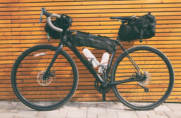 La bicicletta imballata con molte borse e altre attrezzature pronte per l'avventura e il viaggio