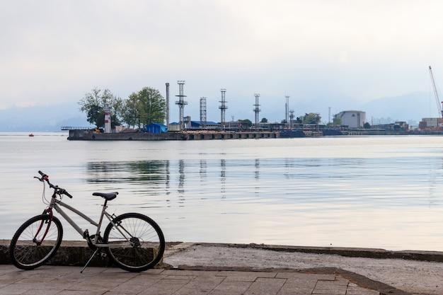 Bicicletta parcheggiata sul lungomare vicino al porto marittimo di batumi, georgia