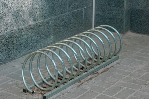 Parcheggio per biciclette realizzato a forma di spirale in acciaio inossidabile nuovo trasporto