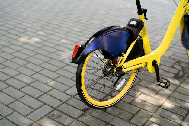 Noleggio biciclette nella vista posteriore della città.