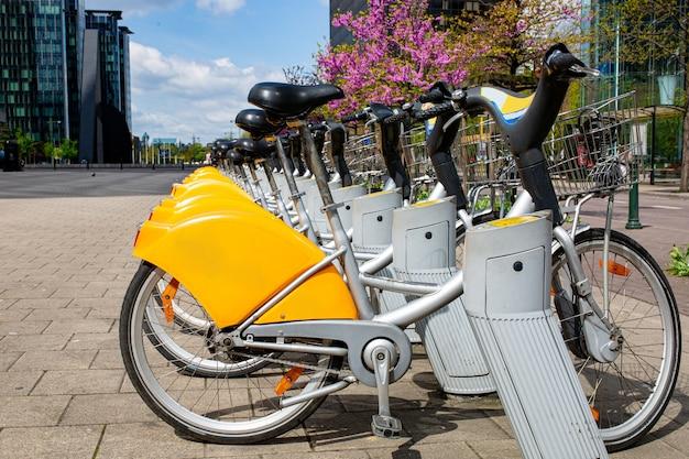 Noleggio biciclette nel parcheggio di fronte all'edificio