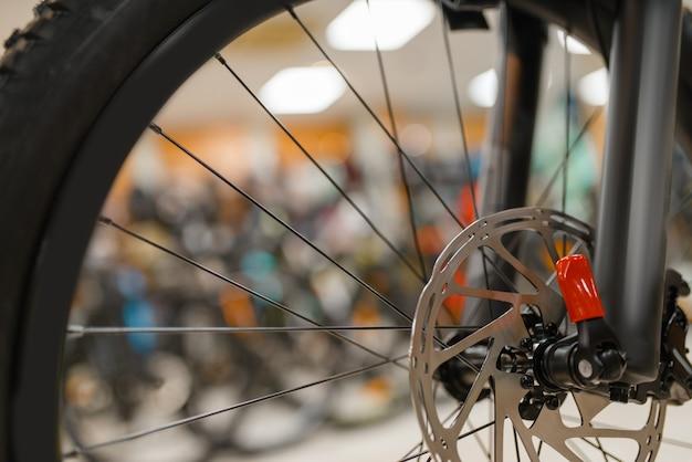 Bicicletta nel negozio di articoli sportivi, concentrarsi sulla ruota anteriore