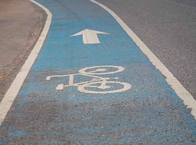 Simbolo della bicicletta sulla pista ciclabile asfaltata.