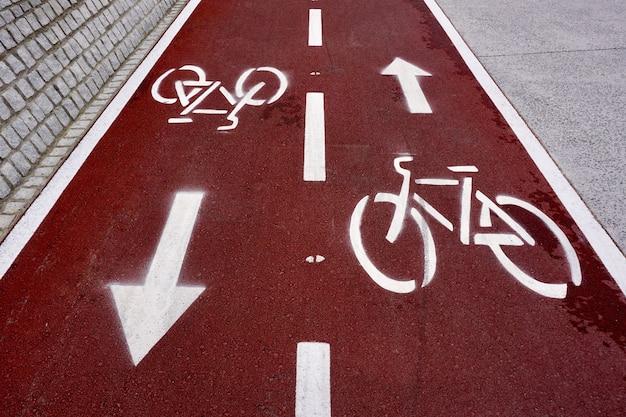 Segnale stradale di bicicletta sulla strada nella città di bilbao, spagna