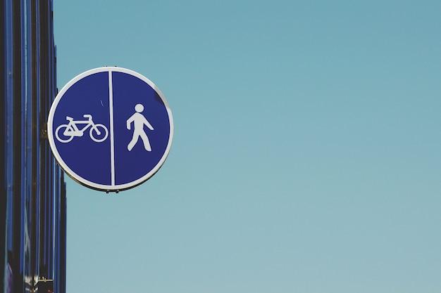 Segnale stradale della bicicletta sulla strada