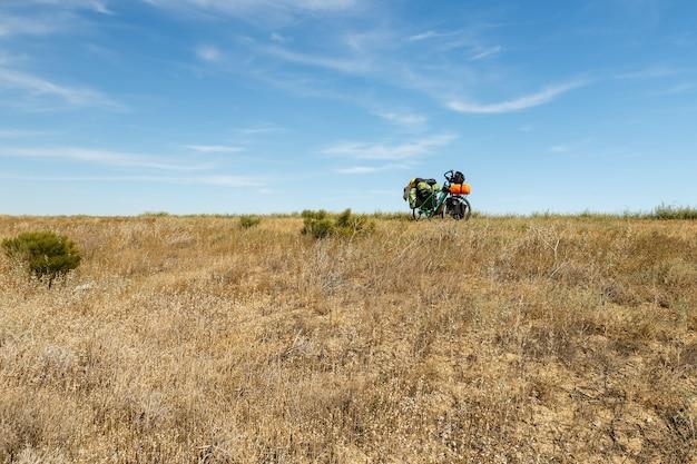 Una bicicletta per un viaggiatore si trova nella steppa del kazakistan.