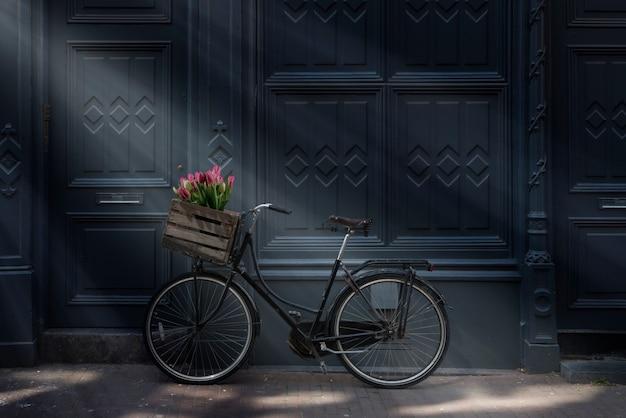 Bicicletta con i tulipani ad amsterdam